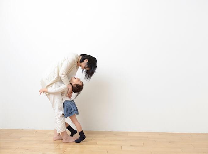ママと遊ぶ女の子