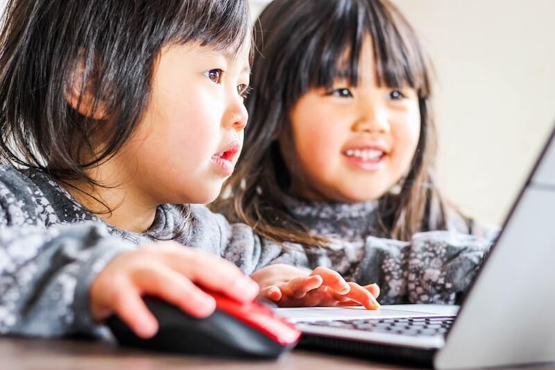 パソコンを使う小学生